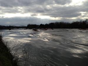 Onwards to the finish line, Oxford lead Cambridge under Barnes Bridge,
