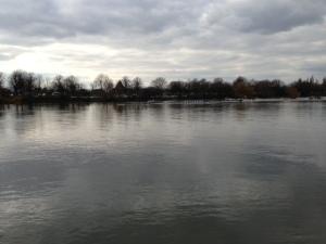 Oxford leads Cambridge in the BNY Mellon Boat Race 2013